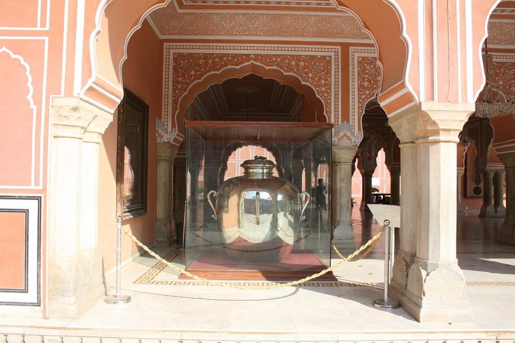 Eén van de 'gangajelies', de zilveren vazen van de Maharadja van Jaipur